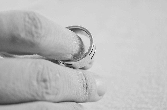 La séparation de ses parents n'est jamais facile à vivre pour les enfants. Il en est de même pour les parents qui doivent trouver les mots justes et apaisants pour annoncer leur divorce.
